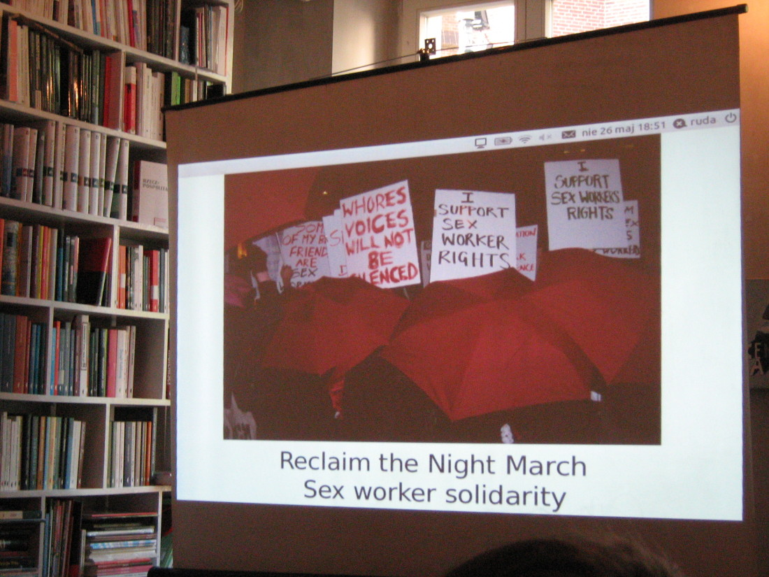 Fot. Stowarzyszenie Strefa Kobiet. Odzyskać noc. Marsz solidarności z prostytutkami. Widoczne hasła marszu: Wspieram prawa prostytutek.